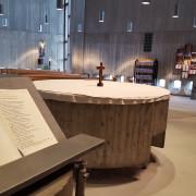 Ambo und Altar in St. Anna