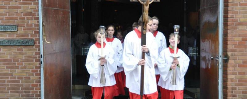 Messdiener St. Stephanus beim Auszug aus der Kirche